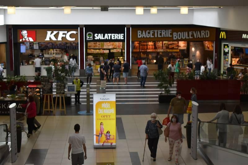 Hned první den rozvolnění zažilo obchodní centrum Futurum nápor zákazníků jako před pandemií. Zaparkovat se dalo až v druhém patře.