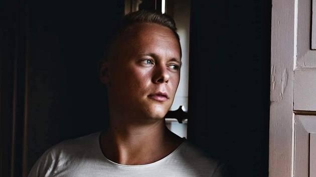 NOVÝ SMĚR zvolil v životě zpěvák Milan Devinne, který se dále věnuje herectví, produkci a režii.
