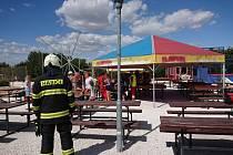 Zásah hasičů u spadlého hradu ve Fajnparku na Hradecku. Pád způsobil silný vítr.