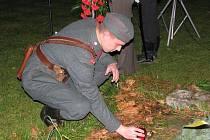 Památku padlých v různých válečných konfliktech uctilo v Předměřicích zhruba pět desítek přátel vojenské historie (13. listopadu 2010).