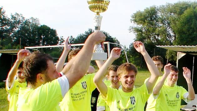 Fotbalisté Sokola Třebeš B slaví postup do vyšší soutěže.