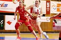 Hradecká basketbalistka Tereza Kuthanová (v bílém) v akci.