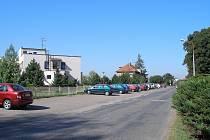 Parkoviště před nemocnicí.