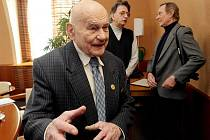V pracovně hejtmana Lubomíra France obdržel 24. února Jiří Soukup pamětní medaili hejtmana Královéhradeckého kraje.
