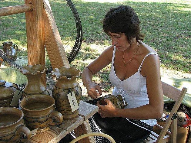 Na Tylově nábřeží  byly k vidění ručně vyráběné skleněné šperky a ozdoby nebo drátovaná keramika.