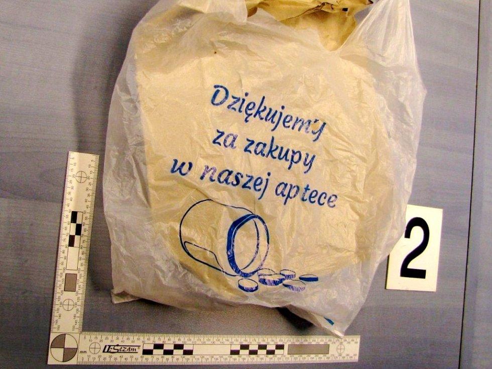 Více než dva tisíce tablet léků obsahujících pseudoefedrin zajistili v minulých dnech královéhradečtí celníci při jedné ze svých preventivních kontrol v příhraniční oblasti.