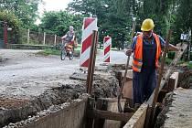 JABLKEM SVÁRU se stala v Osicích stavba kanalizace. Obec je zadlužená, proto musejí přispět místní. Některým se to nelíbí.
