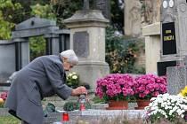 Dušičkové období na jednom ze hřbitovů v Hradci Králové.