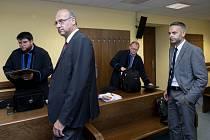 Popis fotky: Emil Kmoníček, Lubomír Červinský - Emil Kmoníček (druhý zleva) a Lubomír Červinský (vpravo) na snímku z 25. června 2019 u krajského soudu v Hradci Králové, který projednával pokus o manipulaci miliardové zakázky na přestavbu náchodské nemocni