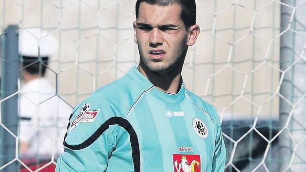 NA ŠAMPIONÁTU reprezentací do 19 let bude obličej českého brankáře Tomáše Koubka krýt maska, která má chránit jeho zraněný nos.