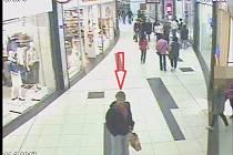 Pachatel krádeže na záběru z kamerového záznamu.