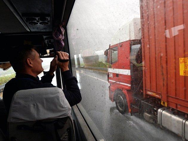 Monitorování nákladních vozů na dálnici D11 autobusy.