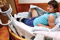 PO ZDAŘILÉ OPERACI křížového vazu v koleni musí hradecký útočník Václav Pilař především odpočívat. Za čtrnáct dní ho čeká kontrola v nemocnici ve Vysočanech. Poté začne s rehabilitací.