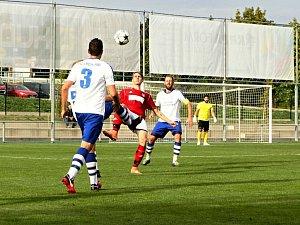 Devatenáctiletý třebešský útočník Michal Ryšavý (v červeném během zápasu ve Vrchlabí).
