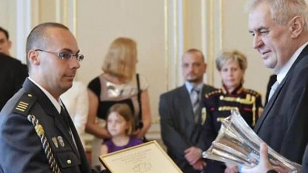 I prezident Miloš Zeman ocenil Milana Zadrobílka prestižním vyznamenáním. Následně vyšlo najevo, že hasič údajně lhal.