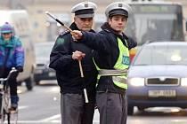 Začínající policisté v rámci odborné praxe trénovali v hradecké Pospíšilově třídě řízení provozu na křižovatce.