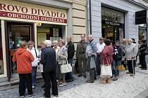 Fronta lidí u předprodeje vstupenek do Klicperova divadla v Hradci Králové.