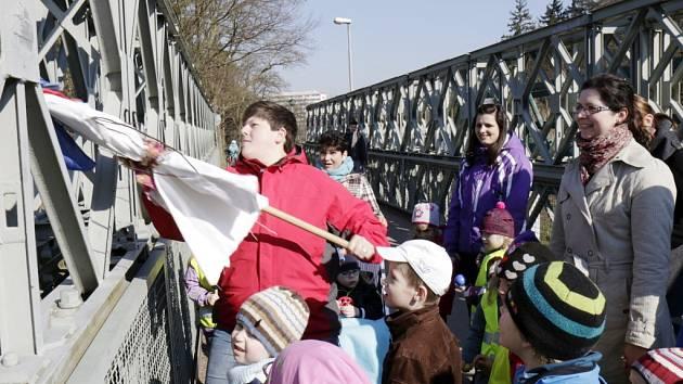 Děti z hradecké MŠ Daneta během vyhazování Morany do řeky Orlice.