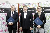 Děkani fakult s dekrety od rektora univerzity.