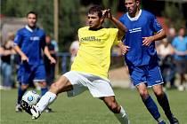 Fotbal, divize C: Převýšov (modé dresy) vs. Velim