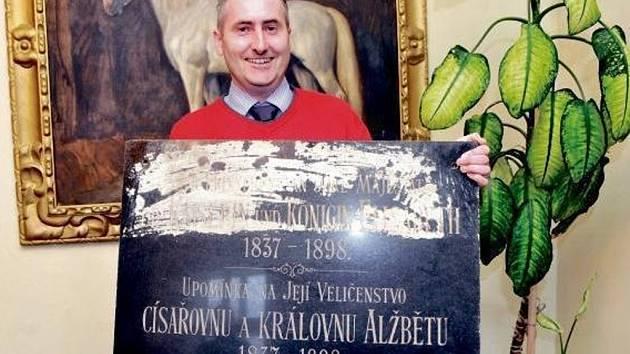 Ředitel kladrubského hřebčína Jiří Machek ukazuje pamětní desku císařovně Sissi.