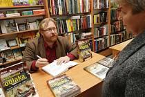 Autogramiáda knihy Smtronosná oblaka autora Michala Plavce v hradeckém knihkupectví Kosmas.