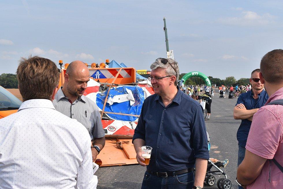 Den otevřených dveří na dálnici D35 si v Opatovicích nad Labem užily davy lidí.