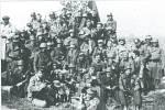 Obránci barikády u Sloupna. Příkladem velké odvahy a statečnosti byl obráncům barikády jejich poručík Klečka.