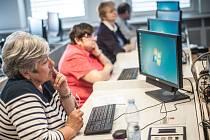 Kurz ovládání počítače pro seniory v Hradci Králové.