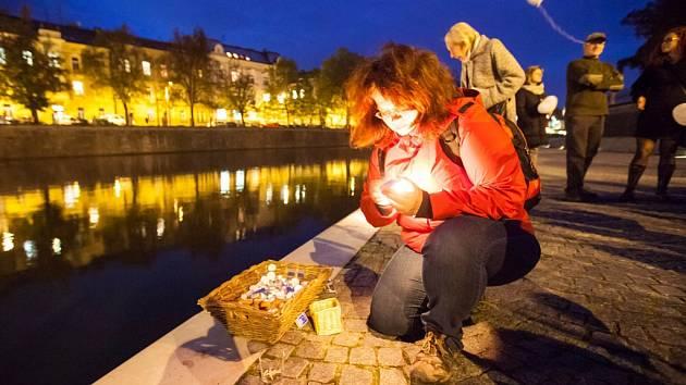 Dušičkové rozjímání na náplavce u Pražského mostu v centru Hradce Králové.
