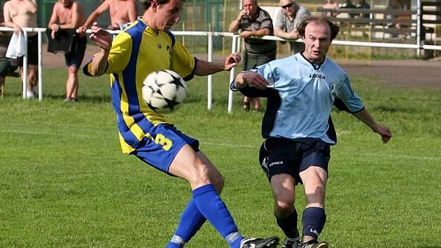 Z fotbalového utkání I. B třídy Horní Staré Město - Nový Bydžov B. Na snímku bydžovský hráč Petr Tomeš (vpravo).