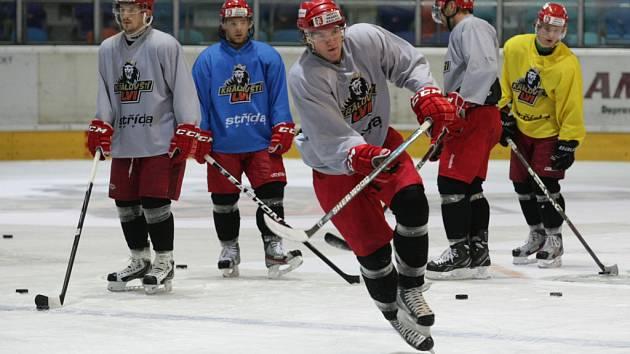 Trénink hradeckých hokejistů na ledě velké haly zimního stadionu.
