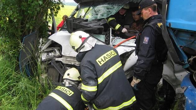 Dopravní nehoda, řidiče museli hasiči vyprostit