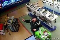 Podezřelý z krádeže v prodejně na kamerovém záznamu.