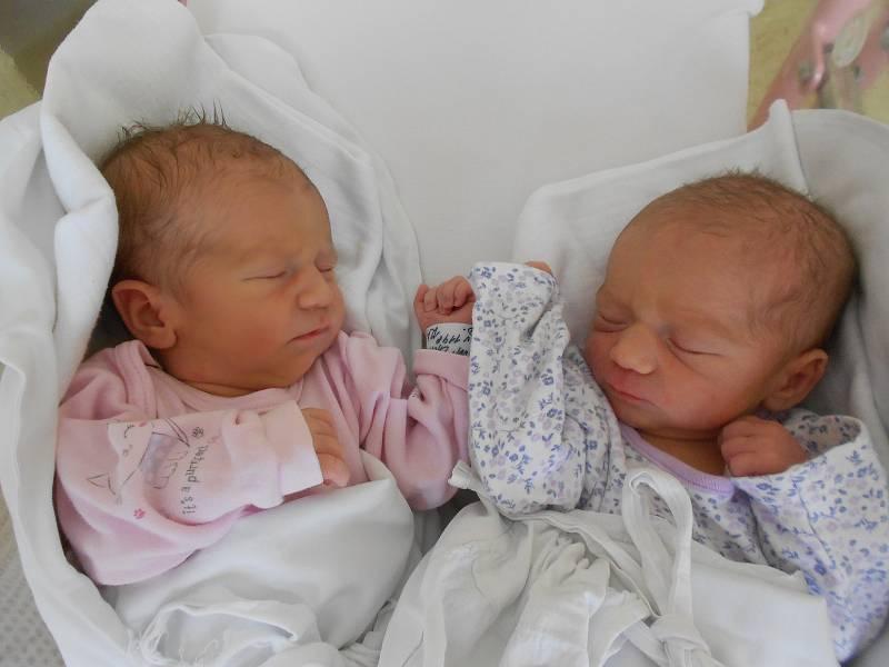 LAURA JANSOVÁ se narodila 8. července v 11.48 h s mírami 51 cm a 3020 g. Její sestřička KLAUDIE JANSOVÁ se narodila v 11.53 h s mírami 49 cm a 2950 g. Potěšily své rodiče Janu a Bohumila Jansovy z Tutlek. Doma se těší sourozenci Nikolka a Bohoušek.