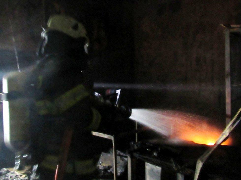 Požár výrobní technologie v areálu bývalého podniku Tesla v Hradci Králové.