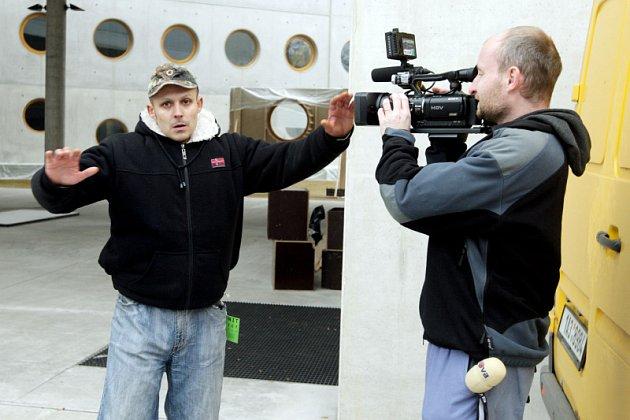 NATÁČÍ REKLAMU. Devětatřicetiletá hvězda známá například z filmu Zorro, je v Česku od pondělí, kdy v Praze začala natáčet reklamu na kosmetiku.