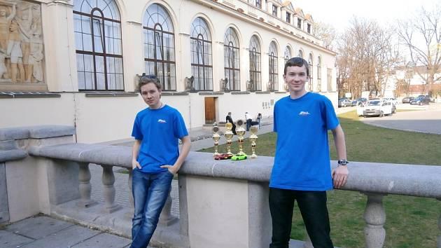 Členové třebechovického kroužku RC Auta na závodu Kyosho Masters v Praze.