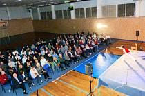 Divadelní představení ve sportovní hale v obci Vysoká nad Labem.