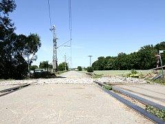 Opravovaný železniční přejezd v Lochenicích.