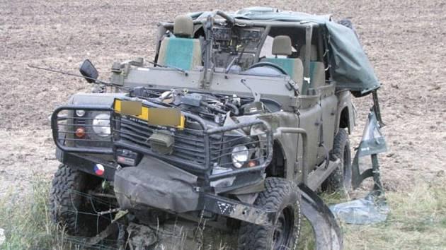NEHODA VOJENSKÉHO AUTA z chrudimského útvaru, která se stala ráno na dálnici D11, měla tragické následky. Zemřel při ní řidič, který zůstal po havárii zaklíněn pod pod převráceným vozem. Jeho tři  spolujezdci byli vážně zraněni.