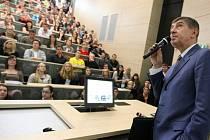 Andrej Babiš při přednášce na univerzitě Hradec Králové.