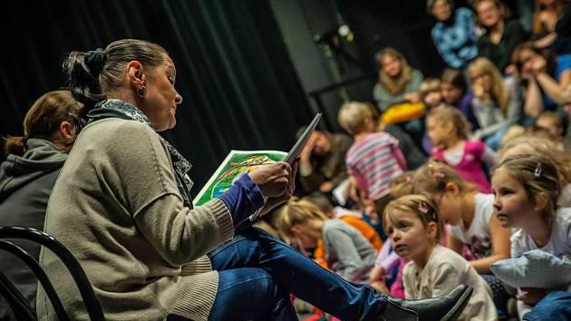 Akce Drak čte dětem v Labyrintu Divadla Drak v Hradci Králové.