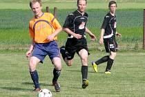 Fotbalisté Nového Města nad Cidlinou (v tmavém) v domácím prostředí nestačili na Sendražice a prohráli vysoko 0:4.