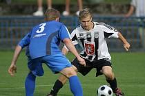 Fotbalisté FC Hradec Králové B (v černobílém) utrpěli v Kolíně debakl.
