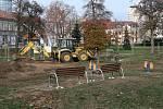 Dětské hřiště se v sadech u Auparku začalo budovat v pondělí 26. listopadu.