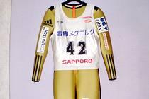 Kombinéza skokana na lyžích Romana Koudelky (s podpisem) včetně tílka se startovním číslem ze Světového poháru v Sapporu, kde před necelým rokem 25. ledna 2015 zvítězil.