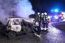 Hořící auto blokovalo silnici u Hradce Králové.