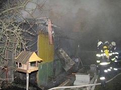 požáru chatky v zahrádkářské kolonii v Hradci Králové.
