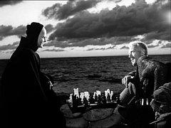 Partie šachu o lidský život. Scéna z Bergmanova filmu Det sjunde inseglet (Sedmá pečeť).